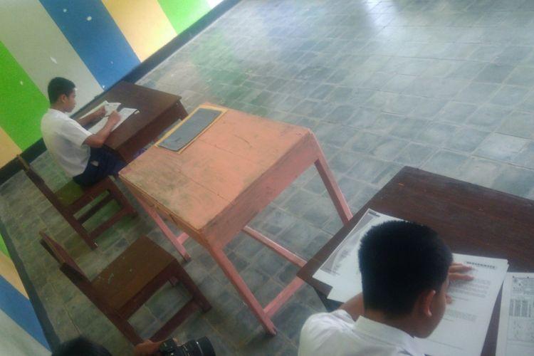 Siswa mengerjakan UNBK di dalam jeruji besi Lembaga Pemasyarakatan Khusus Anak (LPKA) Kelas IIB Yogyakarta yang berada di Kabupaten Gunung Kidul.