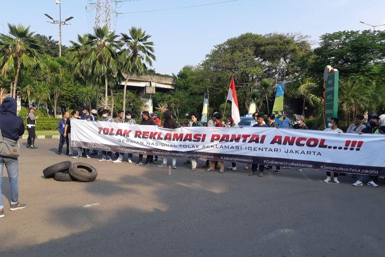 Massa demonstran Gentar di Pintu Timur Ancol, Jakarta Utara, Rabu (8/7/2020)