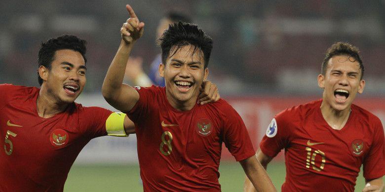Witan Sulaiman (tengah) selebrasi gol bersama Nurhidayat Haji Haris dan Egy Maulana Vikri. Timnas U-19 Indonesia menang 3-1 atas Timnas U-19 Taiwan dalam laga perdana Grup A Piala Asia (Piala AFC) U-19 2018 di Stadion Utama Gelora Bung Karno, Senayan, Jakarta, Kamis (18/10/2018) malam WIB.