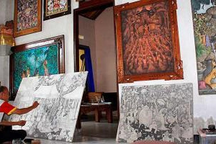 I Nyoman Jendra (49), pelukis asal Ubud, Kabupaten Gianyar, Bali, sibuk menyelesaikan lukisannya di ruang pamernya, Rabu (11/12/2013). Ia salah satu pelukis yang setia mengembangkan seni lukis di Ubud yang dipengaruhi pelukis besar Walter Spies, Rudolf Bonnet, dan I Gusti Nyoman Lempad pada tahun 1930-an.
