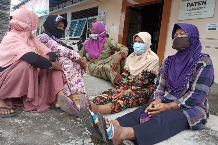 Ibu-ibu perwakilan dari tiap RT di Dusun Krajan Desa Polosiri protes karena tak dapat bantuan terdampak Covid-19.