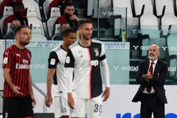 Stefano Pioli memberikan instruksi kepada para pemainnya dalam laga Juventus vs AC Milan pada leg kedua semifinal Coppa Italia yang digelar di Stadion Allianz, Sabtu (13/6/2020).