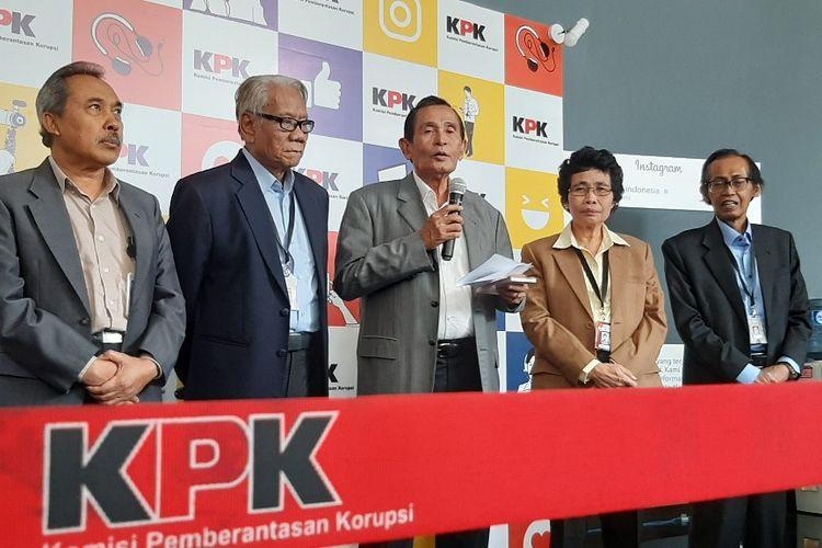 Lima anggota Dewan Pengawas KPK, Syamsuddin Haris, Harjono, Tumpak Panggabean, Alberina Ho, dan Artidjo Alkostar memberikan keterangan kepada wartawan di Gedung ACLC KPK, Selasa (14/1/2020).