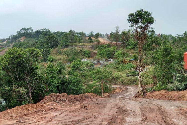 Jalan tambang (hauling) keluar masuk kendaraan batubara di sekitar makam Covid-19 di TPU Raudlatul Jannah, Serayu, Tanah Merah, Samarinda, Kaltim, Jumat (12/3/2021).