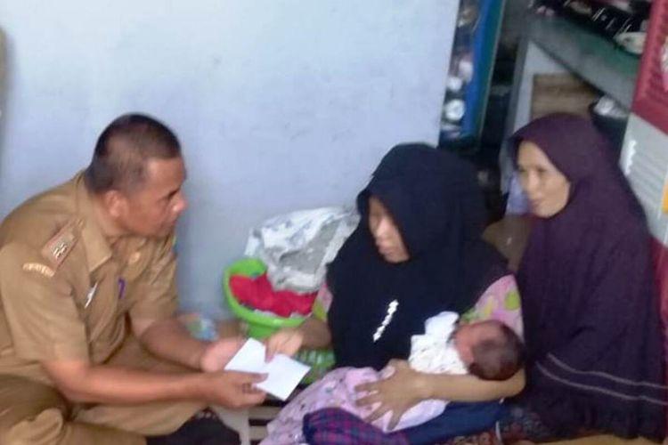 Pihak Puskesmas Cilaku, Kabupaten Cianjur, Jawa Barat, menyerahkan uang yang sebelumnya dibayarkan pasutri Yanto (30) dan Riska (27) untuk biaya persalinan anak pertama mereka dengan menggunakan uang koin.