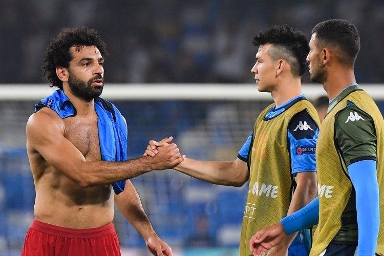 Mohamed Salah menyelamati Hirving Lozano dan Faouzi Ghoulam usai laga Napoli vs Liverpool di Stadion San Paolo dalam matchday 1 Liga Champions, 17 September 2019.