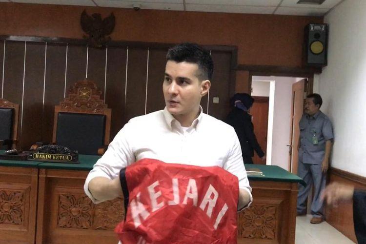Terdakwa kasus dugaan penyalagunaan narkotika Steve Emmanuel usai mendengarkan tanggapan Jaksa penuntut umum di Pengadilan Negeri Jakarta Barat, Slipi, Senin (1/7/2019).