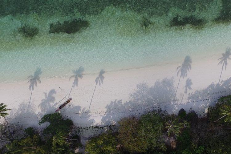 Pemandangan Pantai Ngur Sarnadan dari atas, Kepulauan Kei, Maluku Tenggara.