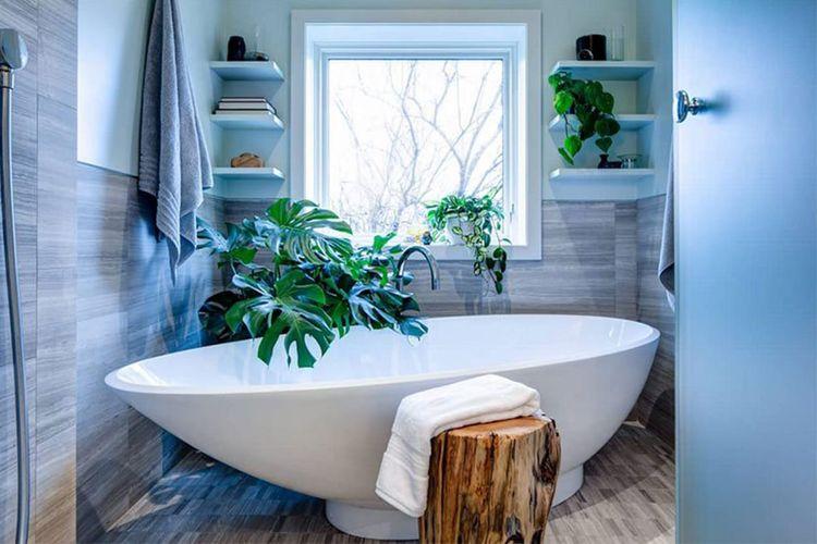 Tanaman hijau samping bathtub di kamar mandi karya Beauparlant Design Inc.