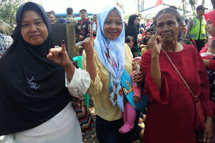 Warga korban banjir di Baleendah, Kabupaten saat menunjukan kelingkingnya usai menggunakan hak pilihnya pada Pemilu 2019.