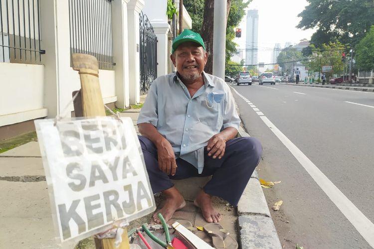 Pria tua berusia 78 tahun Sutrisna saat ditemui sedang mencari kerja di Jalan HOS Cokroaminoto Menteng Jakarta Pusat, Senin (9/10/2020)