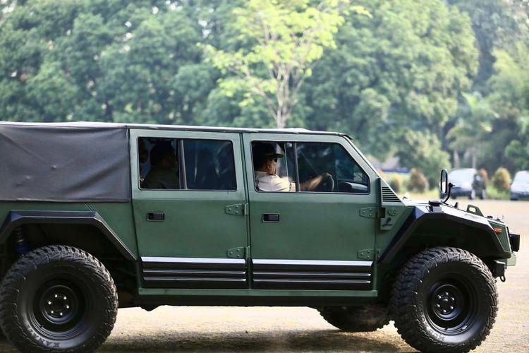 Menteri Pertahanan Prabowo Subianto saat menjajal rantis Maung buatan PT Pindad, Minggu (12/7/2020).