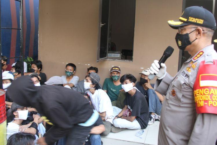 Polisi mengumpulkan 89 remaja yang hendak mengikuti demonstrasi anti omnibus law pada Rabu (7/10/2020)