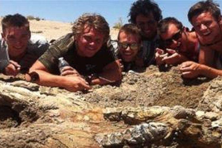 Sekelompok lelaki menemukan fosil gajah purba saat pesta bujangan.