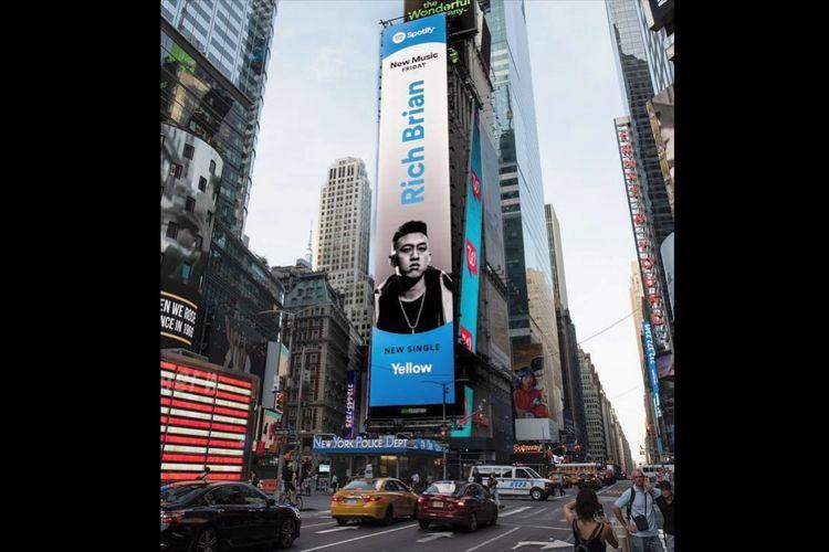Wajah penyanyi rap asal Indonesia, Rich Brian, kembali menghias Times Square, New York, AS. Hal ini diketahui pada Sabtu (29/6/2019).