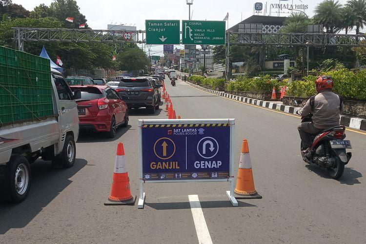 Uji coba pembatasan kendaraan dengan sistem ganjil genap di jalur Puncak Bogor, Jawa Barat, mulai diberlakukan pada hari ini Jumat (3/9/2021).