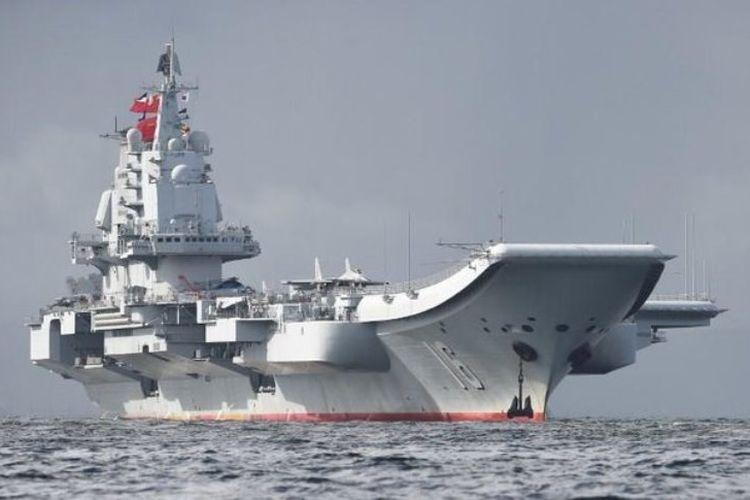 Kapal induk pengangkut pesawat tempur milik China pertama kali terlihat memasuki wilayah Selat Taiwan pada Januari tahun lalu.