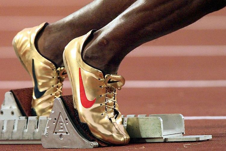 Sepatu Nike warna emas yang dipakai Michael Johnson