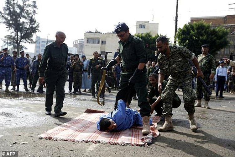 Pemuda 22 tahun Hussein al-Saket (berpakaian biru) dinyatakan terbukti bersalah melakukan penculikan, perkosaan, dan pembunuhan terhadap bocah perempuan berusia empat tahun. terlihat petugas sedang mempersiapkan eksekusi mati terhadap Saket, di Sanaa, Yaman, Senin (14/8/2017).