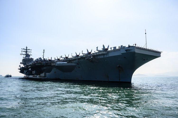 Kapal induk AS USS Ronald Reagan saat tiba di pelabuhan Hong Kong, Rabu (21/11/2018).