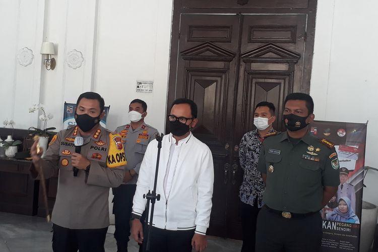 Wali Kota Bogor Bima Arya Sugiarto bersama Kapolresta Bogor Kota saat menggelar konferensi pers terkait kebijakan larangan mudik, di Kantor Balai Kota Bogor, Jumat (7/5/2021).