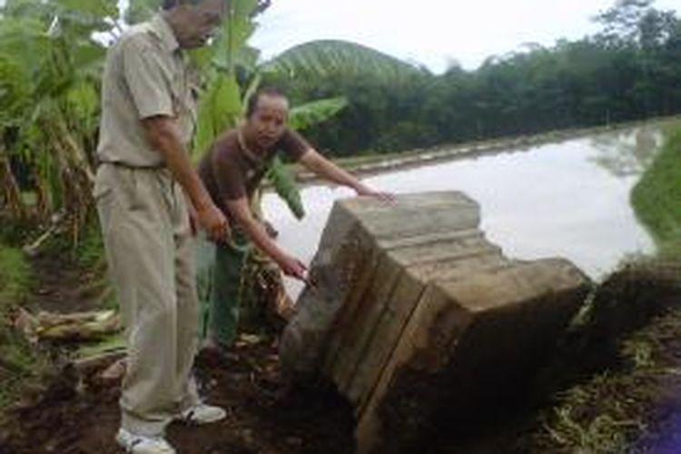 Sebuah benda purbakala berbentuk Yoni ditemukan di areal persawahan di Dusun Sangubayu Desa Banyuwangi Kecamatan Bandongan Kabupaten Magelang, Rabu (21/1/2015).