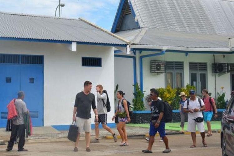 Turis asing sedang berjalan di Pelabuhan Labuan Bajo, Kabupaten Manggarai Barat, NTT. Mereka menuju ke kawasan Taman Nasional Komodo, Jumat (10/3/2017). Ribuan wisatawan asing dan Nusantara berkunjung ke Pulau Komodo untuk melihat Komodo dan menyelam di bawah laut Taman Nasional Komodo.