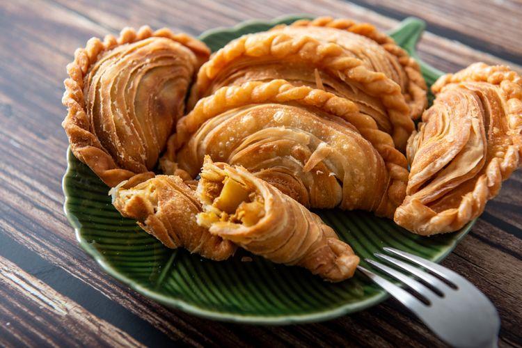 Ilustrasi karipap isi kari ayam atau curry puff pastry.