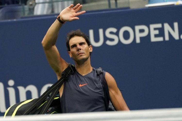 Petenis Spanyol, Rafael Nadal, meninggalkan lapangan setelah mundur karena cedera lutut saat melawan Juan Martin del Potro di semifinal US Open, Sabtu (8/9/2018).