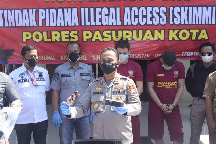 VDB dan PPB tersangka kasus Skiming saat digelandang jajaran Polres Pasuruan Kota Saat Pres Rilis di Mapolresta Pasuruan, Selasa 12/10/2021.