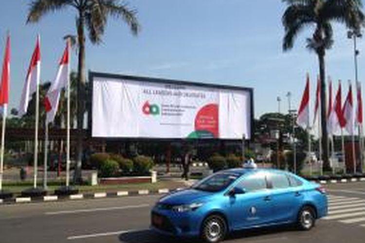Spanduk Peringatan ke-60 Konferensi Asia-Afrika di Terminal 1 Bandara Soekarno-Hatta, Senin (20/4/2015). Segenap personel dari TNI dan Polri turut mengamankan dan membatasi wilayah steril untuk jalur kepala negara dan para delegasi.