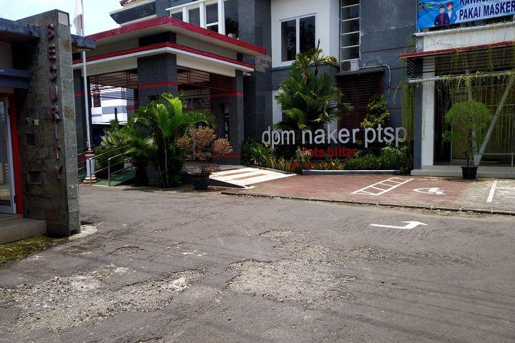 Kantor Dinas Penanaman Modal, Tenaga Kerja dan Perizinan Terpadu Satu Pintu (DPMTKPTSP) di Jalan Jawa, Kota Blitar. Sebanyak 19 pegawai kantor DPMTKPTSP mengalami gejala identik Covid-19 usai disuntik vaksin.