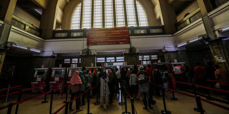 Penumpang membeli tiket melalui Vending machine di Stasiun Jakarta Kota di Jakarta Barat, Kamis (7/9/2017). Jumlah penumpang yang naik dan turun di Stasiun Jakarta Kota mencapai 90.000 orang pada hari libur.