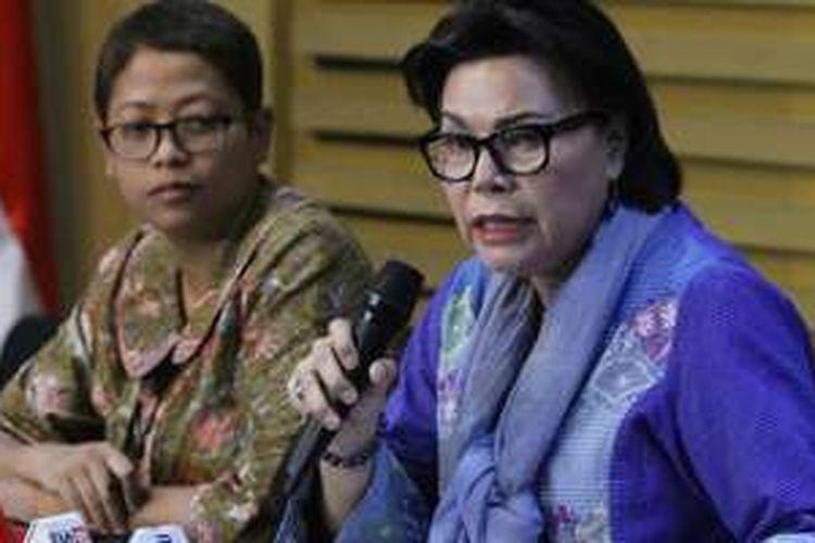 Kepala Biro Hubungan Masyarakat KPK Yuyuk Andriati (kiri) bersama Wakil Ketua KPK Basaria Panjaitan menjelaskan kepada wartawan terkait operasi tangkap tangan (OTT) di Pengadilan Negeri Jakarta Utara, di kantor KPK, Jakarta (16/6/2016). Dalam OTT tersebut KPK mengamankan barang bukti uang sebesar Rp 250 juta serta menetapkan empat orang tersangka yaitu pengacara Saipul Jamil, Berthanatalia Ruruk Kariman dan Kasman Sangaji, panitera pengganti Jakarta Utara Rohadi, dan kakak Saipul Jamil, Samsul Hidayatullah yang tertangkap suap terkait pengurangan vonis perbuatan asusila terhadap anak.