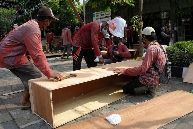 Pemerintah Kota Surabaya membuat dan menyiapkan peti mati sebagai opsi terburuk apabila ada lonjakan kematian akibat Covid-19 di Kota Surabaya, Jawa Timur.