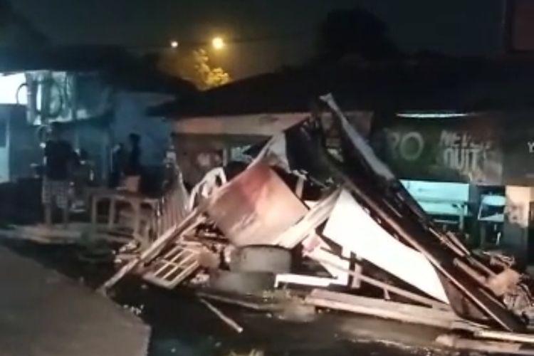 Tangkapan layar video warung hancur tertabrak truk yang tak kuat menanjak di Jalan Cendrawasih, Sawah Baru, Ciputat, Tangerang Selatan, Senin (14/6/2021).