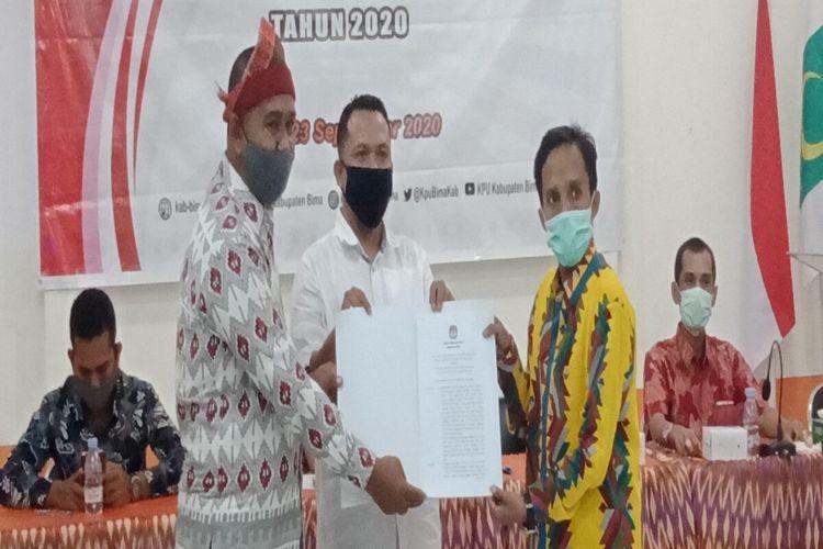 Ketua KPU Kabupaten Bima, Imran saat menyerahkan SK penetapan Paslon yang maju di Pilkada serentak 2020