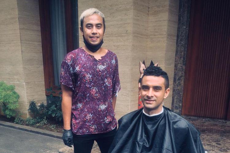 Pemain Persija Jakarta, Otavio Dutra menggunakan jasa Randi seorang kameramen Liga membuka usaha barbershop.