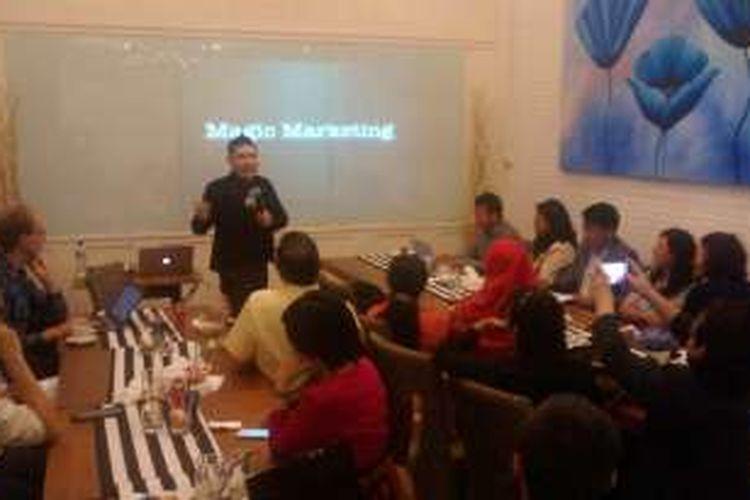 Pesulap Abu Marlo ditunjuk menjadi pembicara oleh Universitas Parahyangan Bandung untuk memberikan pelatihan wirausaha kepada 20 orang alumni Maastricht School of Management (MSM) Belanda di kafe Marlo Kitchen, Jalan Tamblong, Kota Bandung, Kamis (24/11/2016).