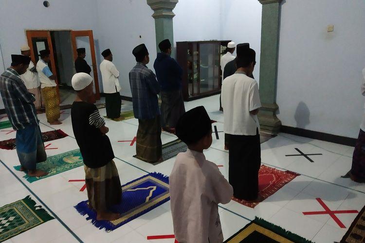Suasana tarawih di musholla Darul Hikmah, lakukan social distancing