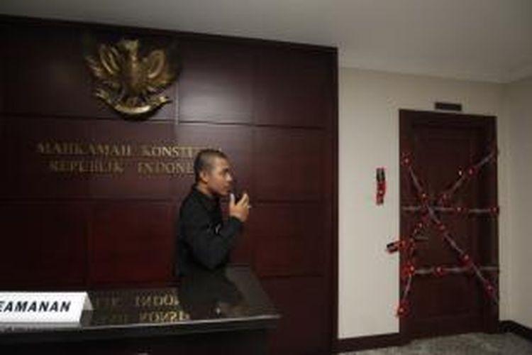 Sejumlah ruangan di Mahkamah Konstitusi (MK) Jalan Medan Merdeka Barat, disegel oleh KPK, Jakarta Rabu (2/10/2013). KPK telah melakukan operasi tangkap tangan dan menangkap Ketua MK, Akil Mochtar.