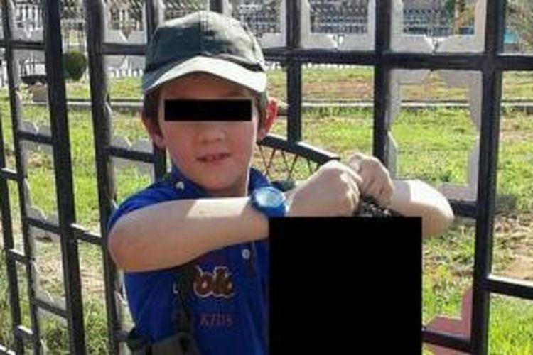 Foto yang diduga diambil di kota Raqqa, Suriah inilah yang disebar lewat akun Twitter milik Khaled Sharrouf, warga Australia yang bergabung dengan ISIS. Anak laki-laki yang memegang kepala terpenggal ini diduga kuat adalah putra Khaled.