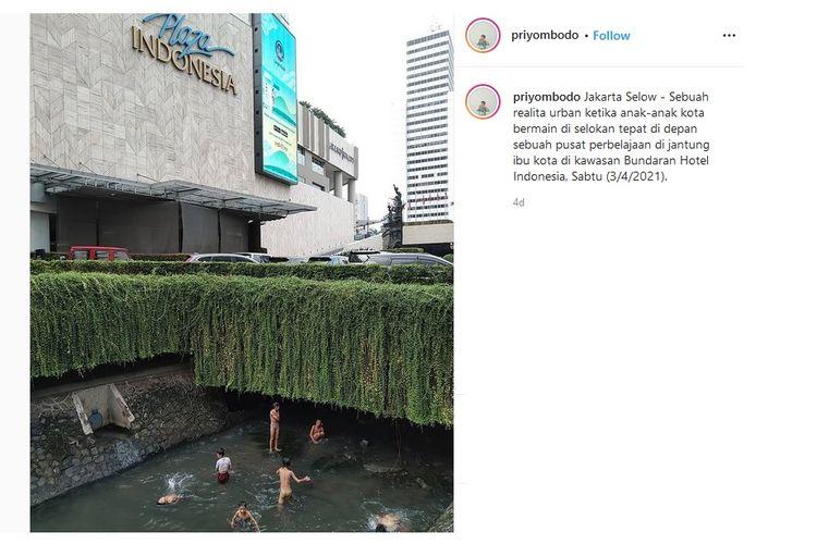 Foto anak-anak tengah bermain di selokan depan mal Plaza Indonesia viral di media sosial dalam beberapa waktu terakhir. Foto itu diambil oleh fotografer Kompas, Priyombodo, pada Sabtu (3/4/2021) pekan lalu.