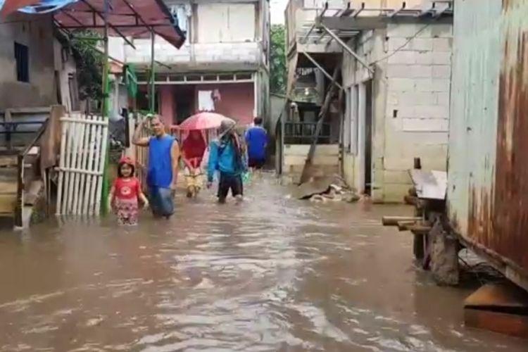Banjir menggenang wilayah RW 04, Kelurahan Cipinang Melayu, Makasar, Jakarta Timur, Minggu (16/2/2020).