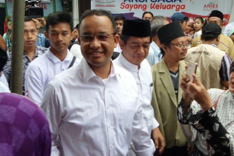 Calon gubernur DKI Jakarta Anies Baswedan silaturahim dengan warga di Yayasan Fathimah Al-Mansuriyah, Kelurahan Jatinegara, Kecamatan Cakung, Jakarta Timur, Kamis (16/3/2017).
