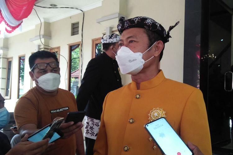 Bupati Lamongan Yuhronur Efendi, saat memberikan keterangan kepada awak media di Lamongan.