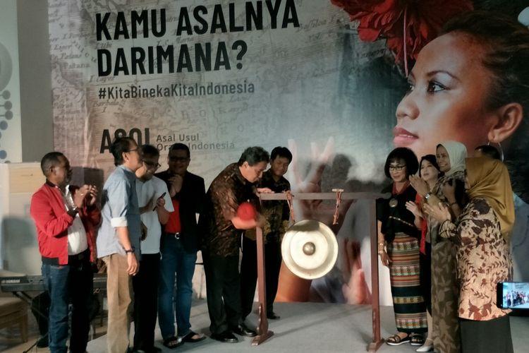 Pembukaan pameran ASOI: Asal Usul Orang Indonesia di Museum Nasional, Jakarta Pusat, Selasa (15/10/2019). Terlihat di dalamnya, Hilmar Farid, Edo Kondologit, Hasto Krisyanto, dan Budiman Sudjatmiko.