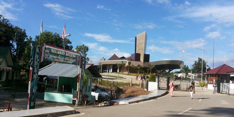 Pos lintas batas antar negara di Aruk, Sajingan Besar, Kabupaten Sambas, Kalimantan Barat.  Pos lintas batas di Aruk sendiri belum lama diresmikan langsung oleh Presiden Joko Widodo pada Maret 2017.