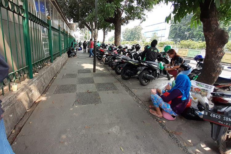 Kondisi trotoar di depan Stasiun Pasar Minggu, Jakarta Selatan. Ojol (ojek online) mengetem di lokasi tersebut, Selasa (6/8/2019).