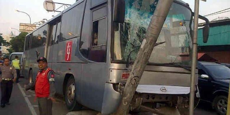 Sebuah bus transjakarta di koridor IV jurusan Dukuh Atas-Pulogadung menabrak tiang rambu penunjuk jalan di Jalan Pramuka, tepatnya depan Pasar Pramuka, Matraman, Jakarta Timur, Kamis (20/2/2014) pukul 17.00.